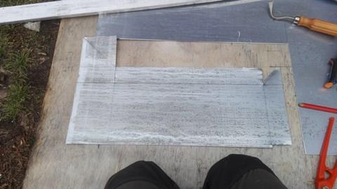 fabrication de la bavette de cheminée dans une feuille de zinc